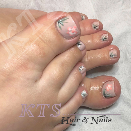 Gel polish on toes with nail art